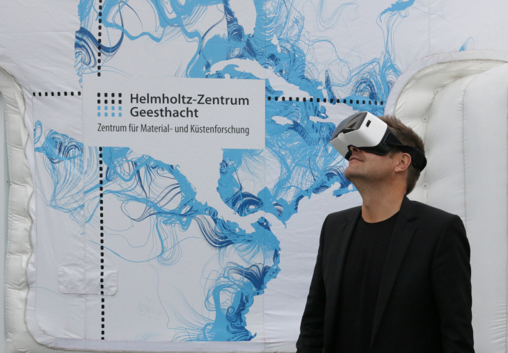 The Minister of Energy, Agriculture, the Environment, Nature and Digitalization of Schleswig-Holstein Dr. Robert Habeck experiencing the VR. -image: Torsten Fischer/Hereon-
