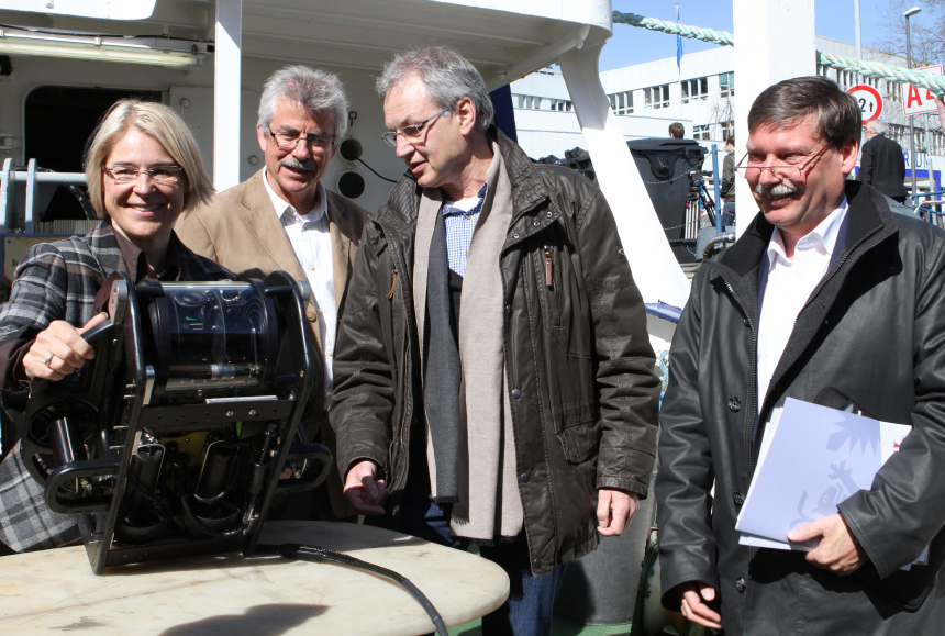 Prof. Ralph Schneider, Dr. Klaus Schwarzer and Prof. Martin Wahl presented the project together with the Mini-ROV to the Minister of Science Alheit.