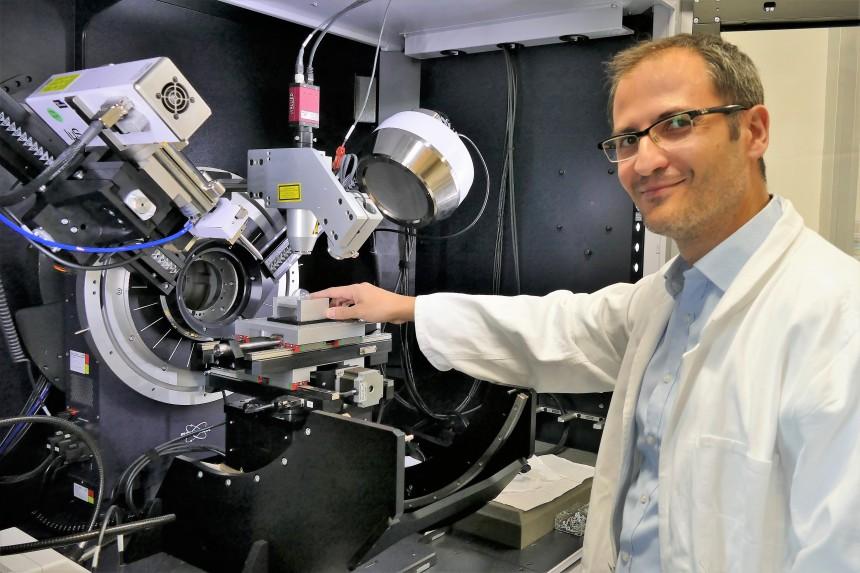 Dr. Claudio Pistidda at a diffractometer for testing new hydrogen tanks. [Picture: HZG/Torsten Fischer]