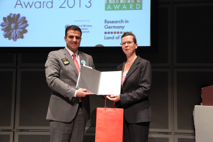 Dr. Anke Hellwig presented the prize on behalf of the Fraunhofer-Gesellschaft to Sergio Amancio