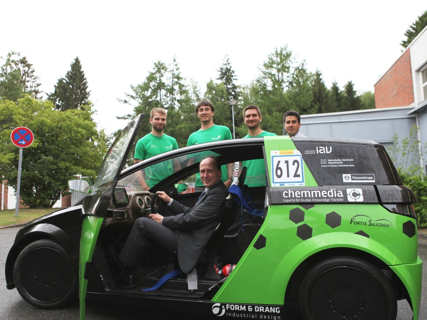 At the wheel of the Umicore EcoBee concept car: Institute Director Thomas Klassen in the back and Martin Rößler, Max Tschirpke, Patrick Schaarschmidt and Giovanni Capurso.