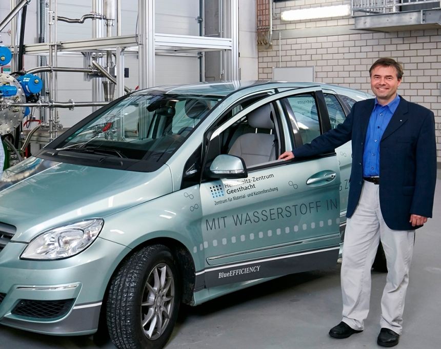 Scientist Martin Dornheim standing next to the hydrogen vehicle