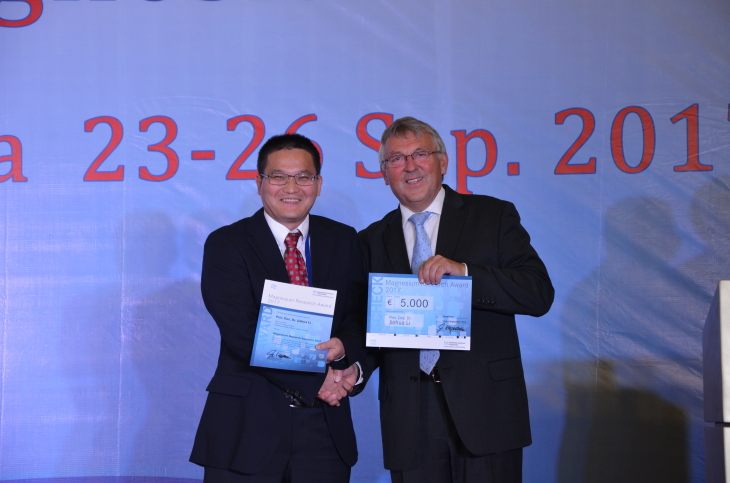 Presentation of the HZG Magnesium Award to Priv. Doz. Dr. Jiehua Li by Prof. Dr. Karl Ulrich Kainer