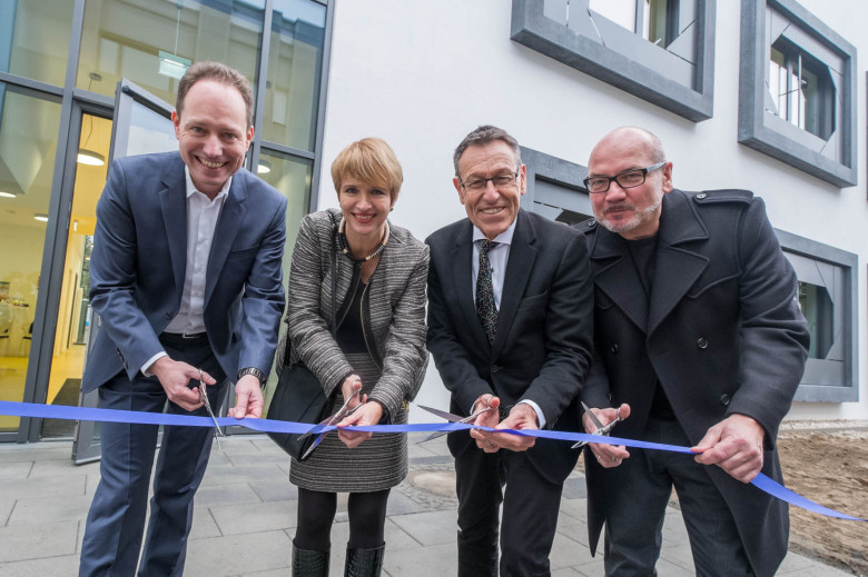Inauguration Ceremony of BioMedTech III: (from left) Institute director Prof. Dr. Lendlein, Brandenburg's minister of science, research and culture Dr. Münch, HZG scientific director Prof. Dr. Kaysser and architect Becker cutting the symbolic ribbon for the opening of the new research building. [photo: HZG/Till Budde]