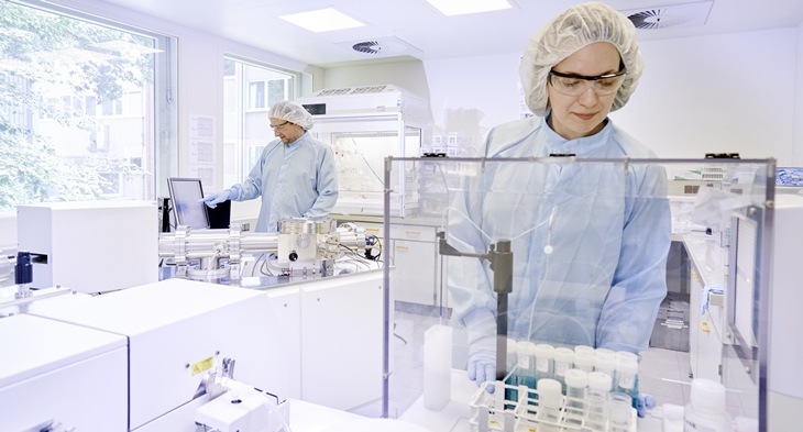Ultra trace analysis in the clean room laboratory (Photo: Christian Schmid / HZG)