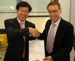 Memorandum of Understanding: Dr. Ohjoon Kwon (Chief Technology Officer of POSCO) and Prof. Wolfgang Kaysser (Scientific Director of the Helmholtz-Zentrum Geesthacht) at the Campus Geesthacht. [Download]
