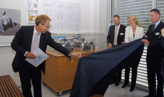 The Scientific Director Prof. Dr. Wolfgang Kaysser presents the 'Kurblomat' to the student laboratory team