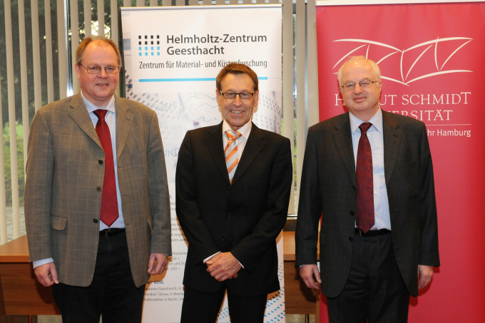 The Helmholtz directors Michael Ganß and Wolfgang Kaysser with the president of the HSU Wilfried Seidel