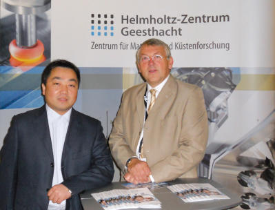 Magnesium-Awards winner Prof. Xiaoqin Zeng from the Jiao Tong Universität in Shanghai with Prof. Kainer from the Helmholtz-Zentrum Geesthacht. [Download]