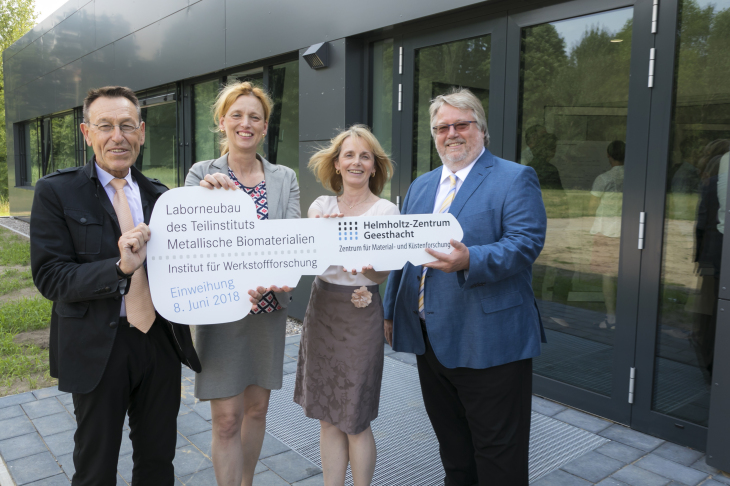 Prof. Dr. Wolfgang Kaysser, Karin Prien, Prof. Dr. Regine Willumeit-Römer, Dr. Herbert Zeisel hold a symbolic key with the inscription New laboratory building for metallic biomaterials. Institute for Materials Research