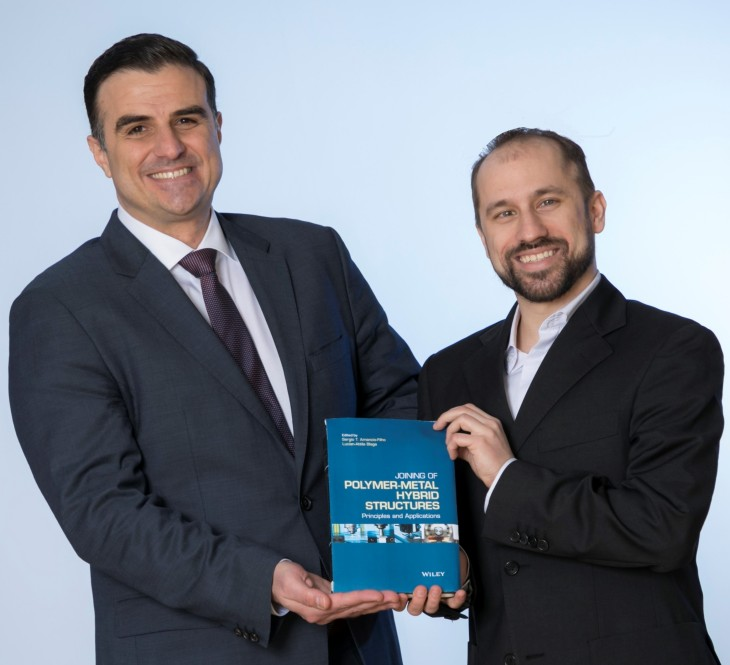 "Professor Dr. Sergio T. Amancio-Filho und Dr. Lucian-Attila Blaga präsentieren das vor kurzem erschienene Buch ""Joining of Polymer-Metal Hybrid Structures: Principles and Applications""."